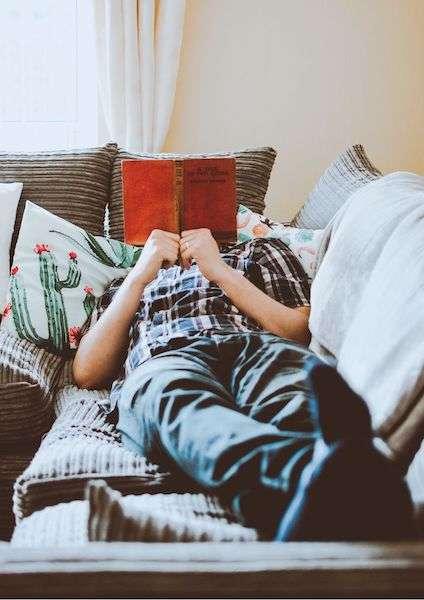 Uomo seduto sul divano - Come funziona Couchsurfing