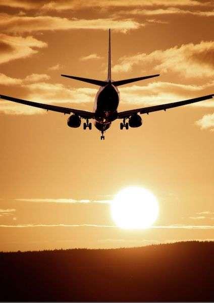 Aereo al tramonto in fase di atterraggio - Come risparmiare sui voli