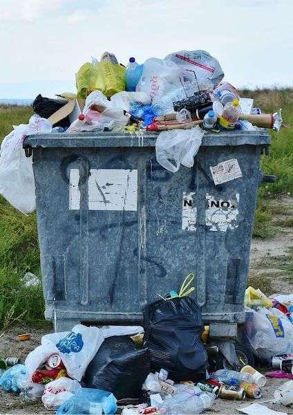 Immagine di un cassonetto dell'immondizia pieno - Problema della plastica nel mondo