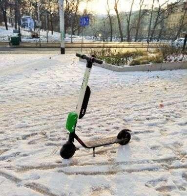 monopattino elettrico verde lime e bianco per la mobilità a Breslavia