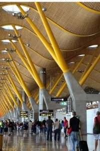 Foto di persone che camminano in aeroporto