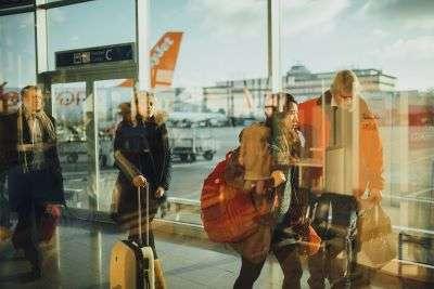 Come vestirsi in aereo- persone che camminano in aeroporto