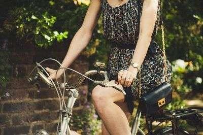 donna in bicicletta - viaggiare low cost