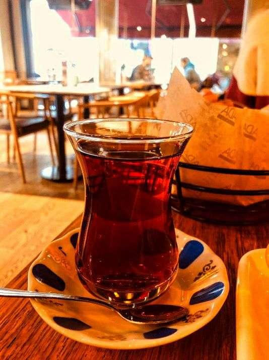 Cay a Istanbul. Tipico tè per cui i turchi impazziscono. Lo bevono da colazione a dopo cena, in qualsiasi posto e spesso accompagnato da una sigaretta o da un dolce tipico.