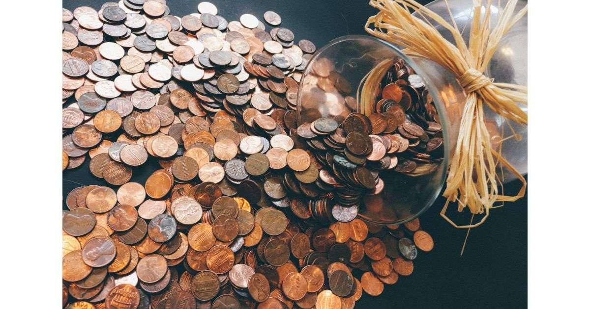 tante monete in vaso di vetro - viaggiare da soli