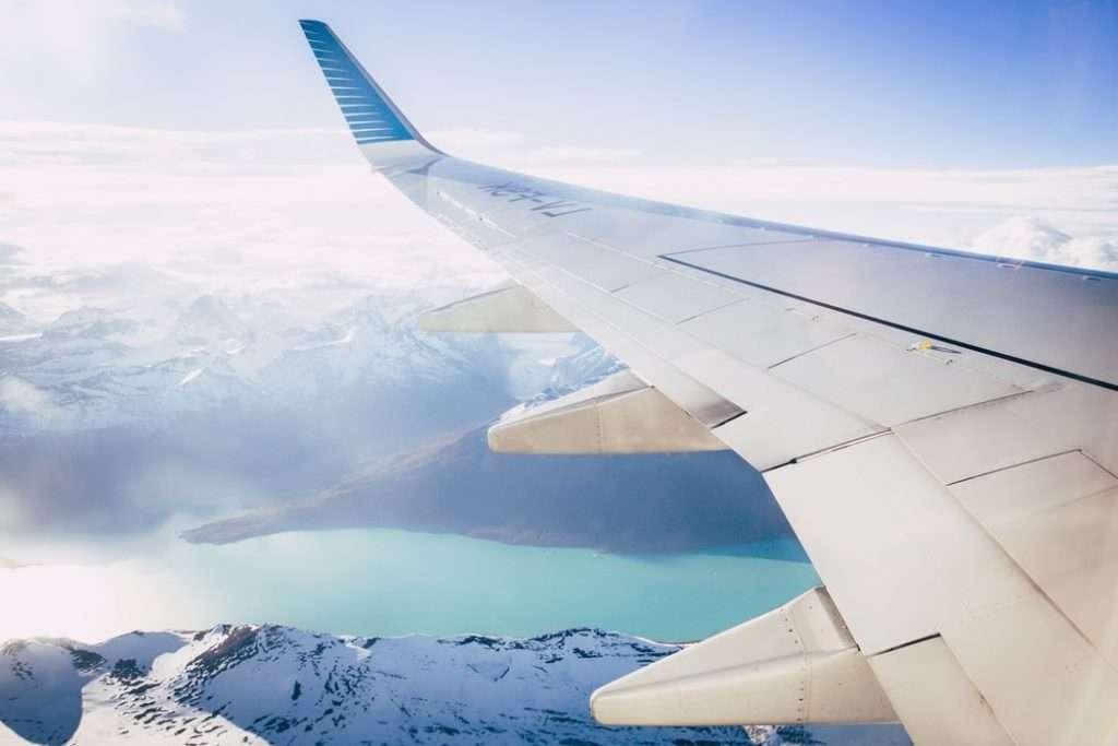 Come affrontare un lungo viaggio in aereo, vista dal finestrino di un aereo
