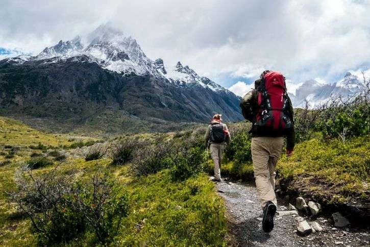due persone che fanno trekking in montagna zaino in primo piano