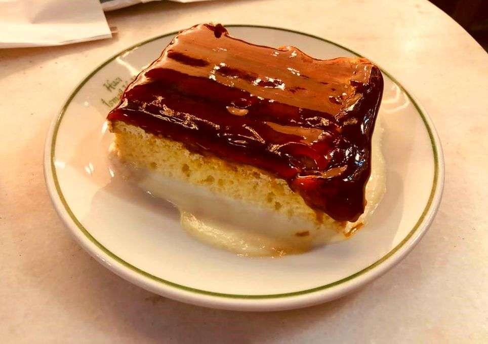 Trilece. Tipico dolce che si può trovare nei bar, pasticcerie e ristoranti tipici della città.