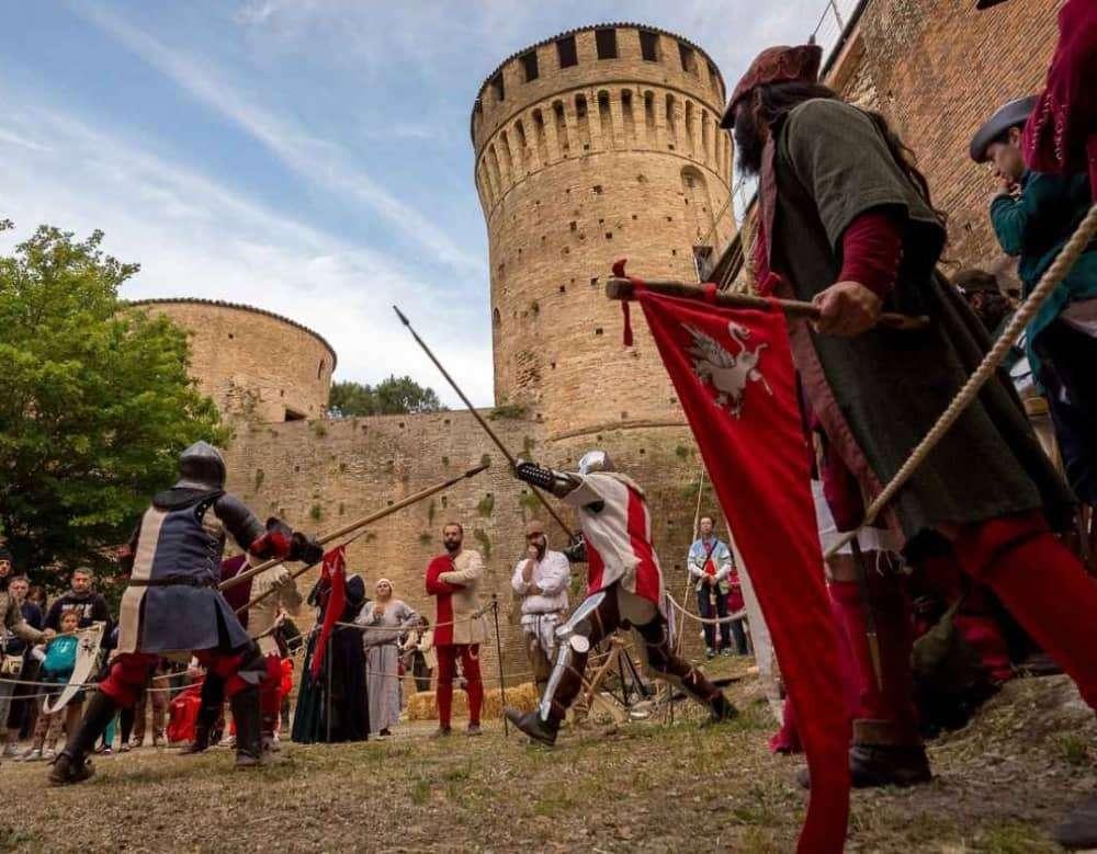 soldati medievali davanti alla Rocca- cosa vedere a Brisighella
