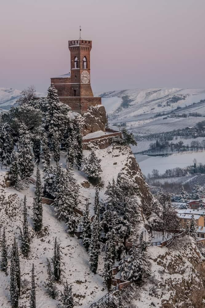 torre dell'orologio con la neve