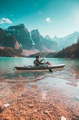 uomo in canoa differenza tra viaggio e vacanza