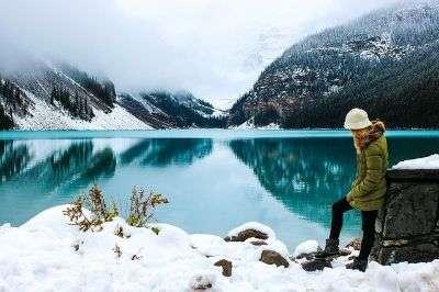 turista in un lago d'inverno