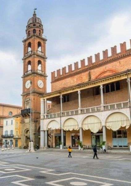 Cosa vedere a Faenza- campanile in piazza del popolo