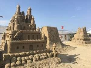 castello di sabbia sulla spiaggia