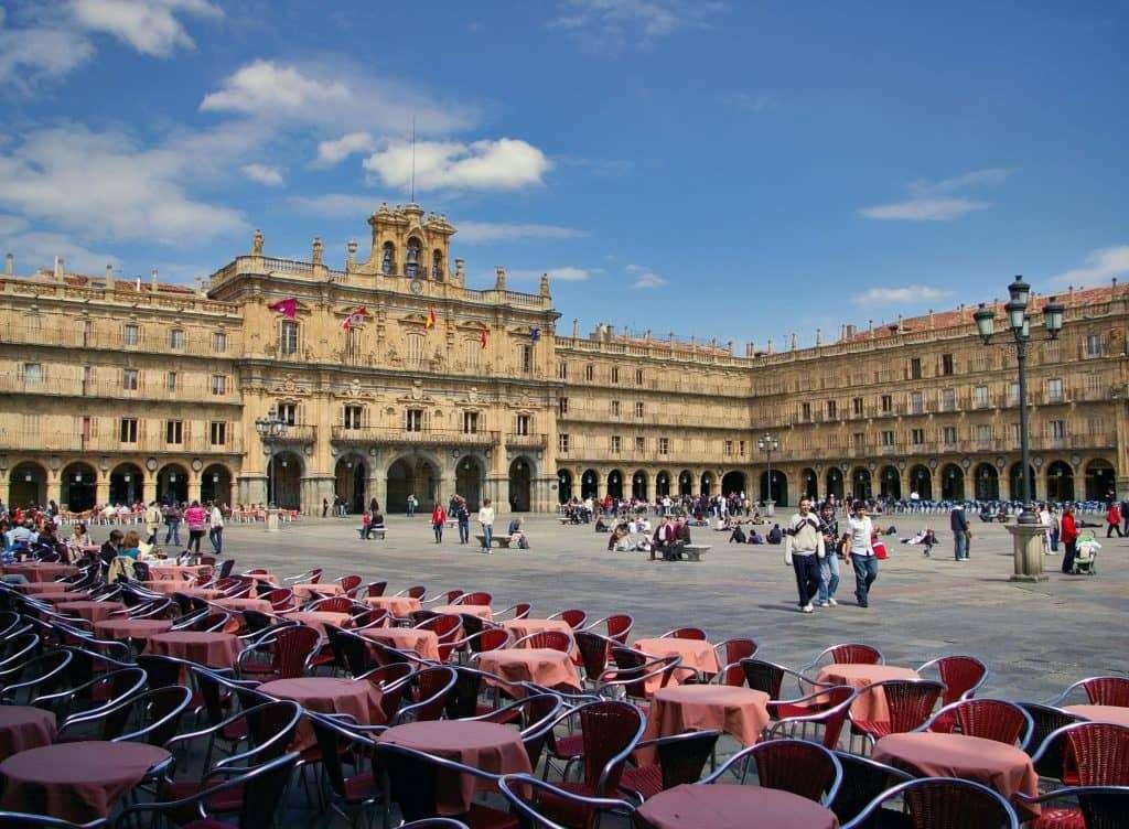 tavoli rossi su plaza mayor Salamanca