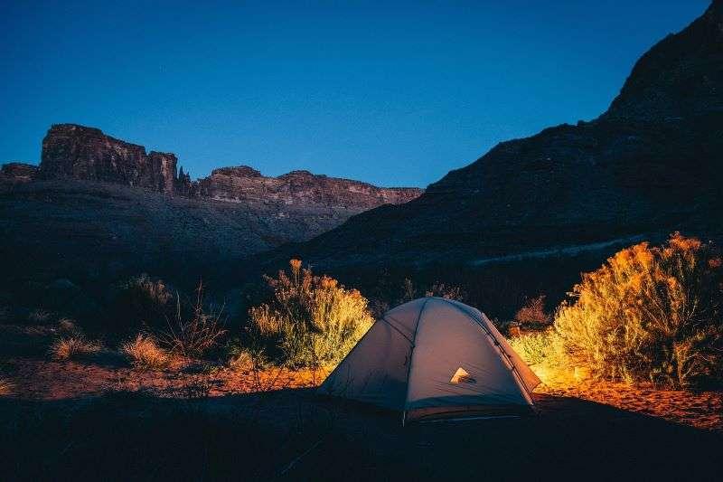 tenda nella natura di sera- tipologie di viaggio - viaggiare da soli