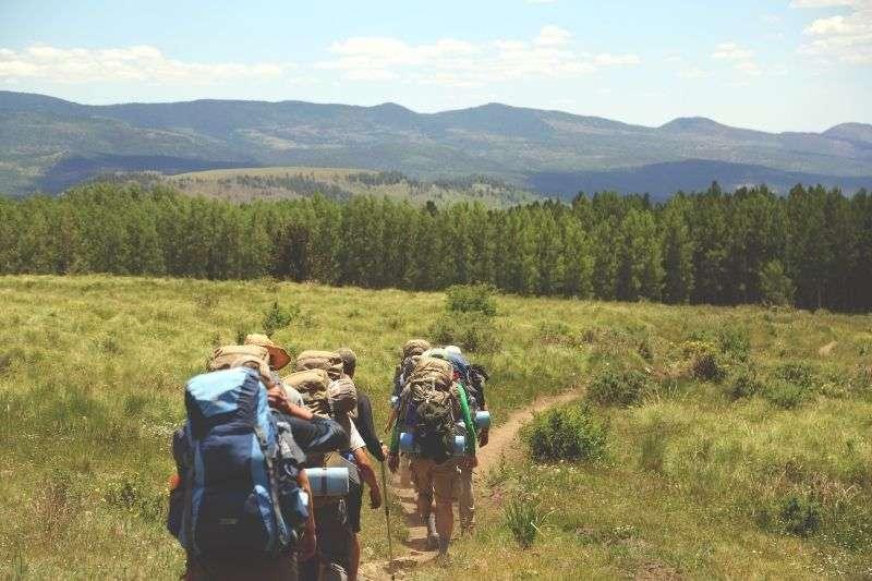 escursionisti in collina