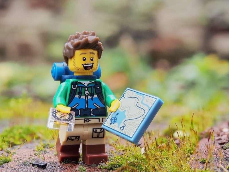 Personaggio giocattolo in stile escursionista
