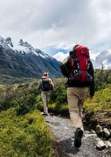 persone che fanno trekking- come preparare uno zaino