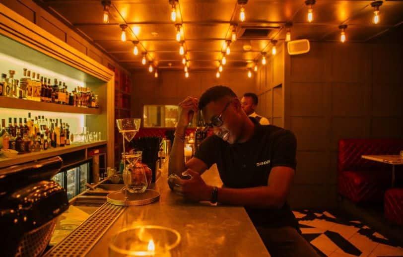 andare al pub da solo