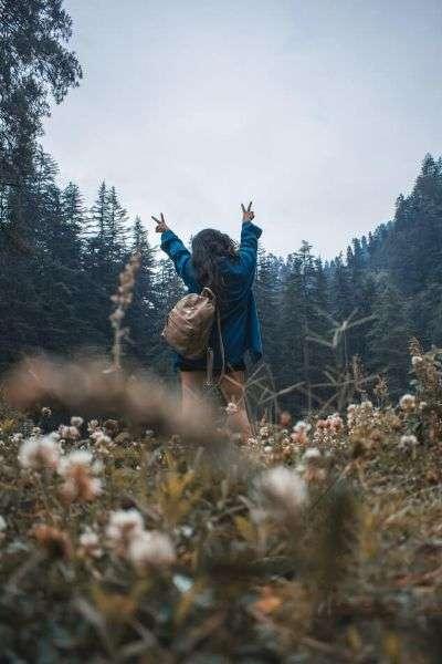destinazione viaggio, viaggiatrice nella natura