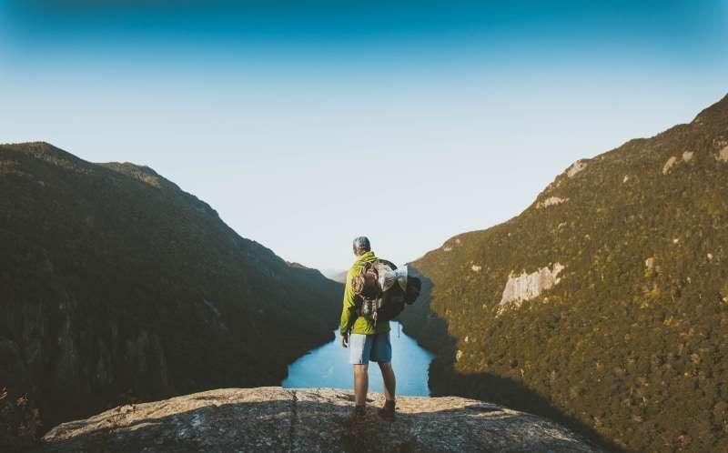 viaggiatore in montagna- come preparare uno zaino
