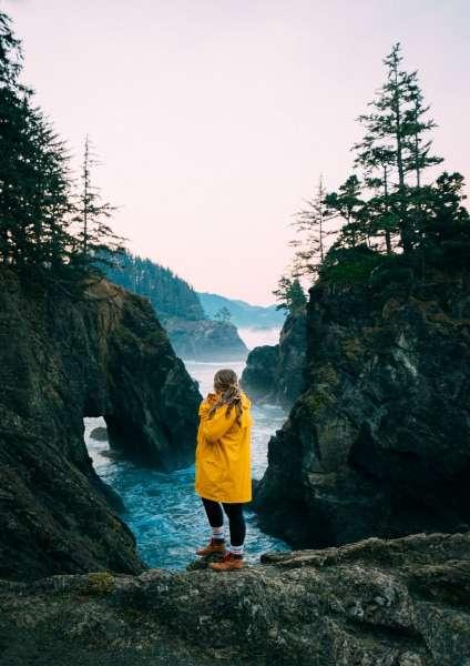 ragazza nella foresta- viaggiare da soli psicologia