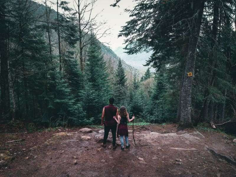 viaggiare da soli psicologia- coppia di ragazzi nel bosco