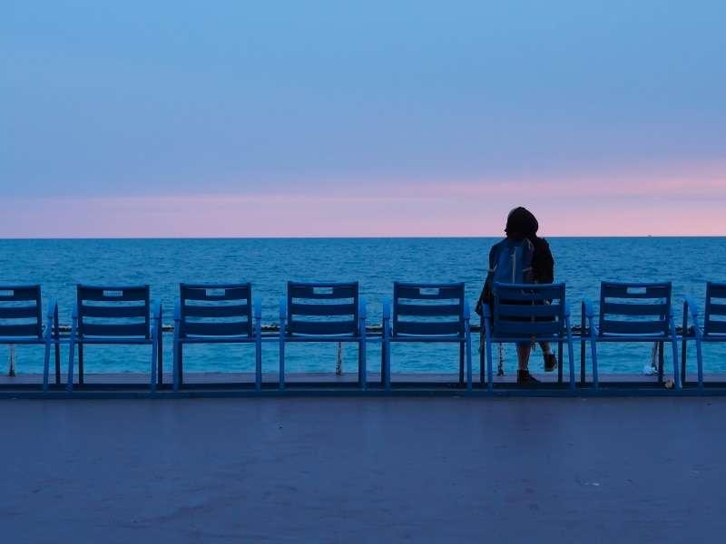 ragazza di spalle guarda il mare