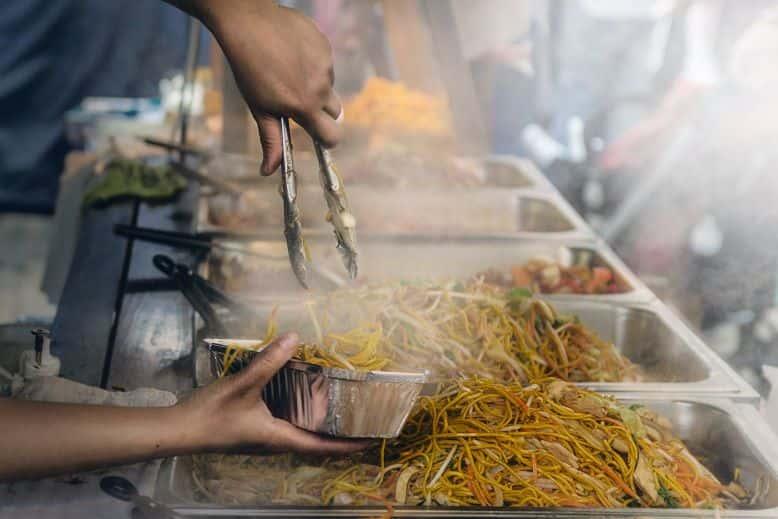 salute in viaggio mangiare street food