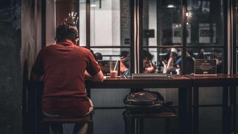 uomo mangia solo al ristorante