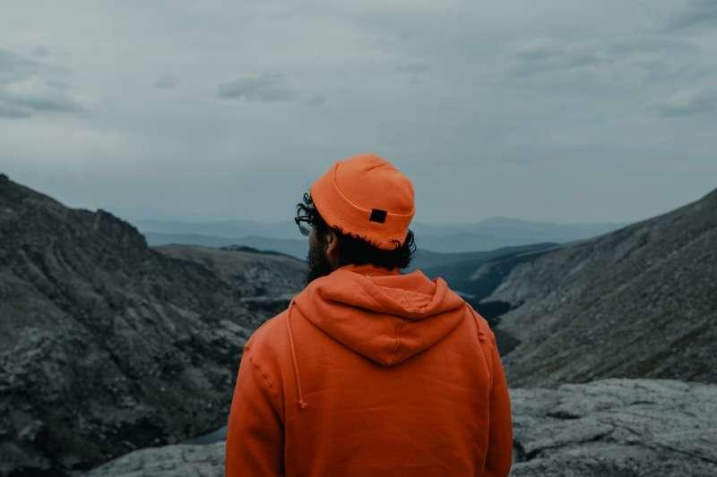 ragazzo di spalle da solo- viaggiare da soli psicologia