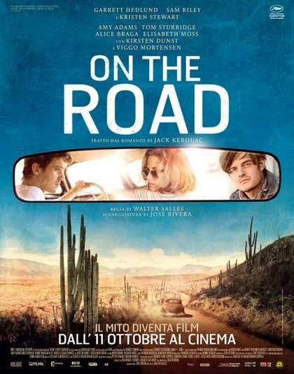 due-ragazzi-una-ragazza-riflessi-nello-specchietto-retrovisore-auto-in-viaggio-sulla-strada