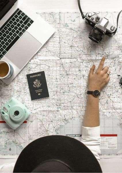 Turismo di prossimità, ragazza che sceglie meta su una mappa