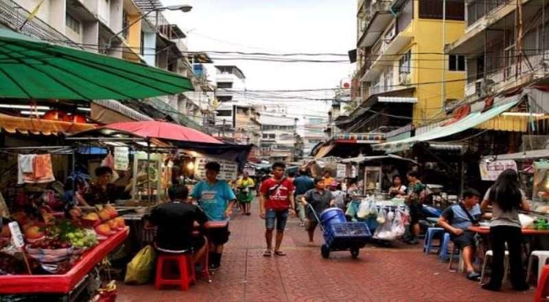 persone che camminano in uno street food