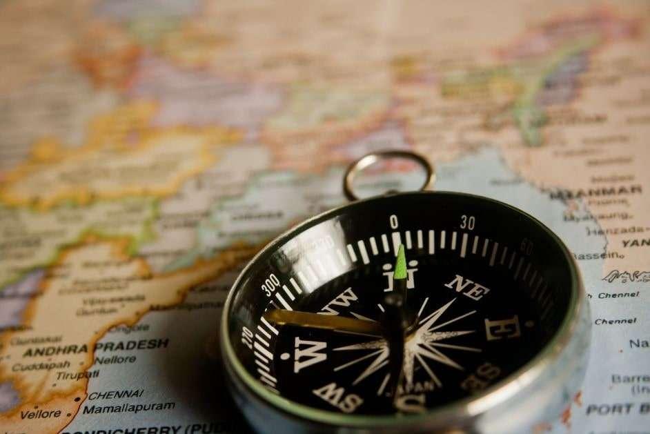 bussola su una carta geografica, primo piano