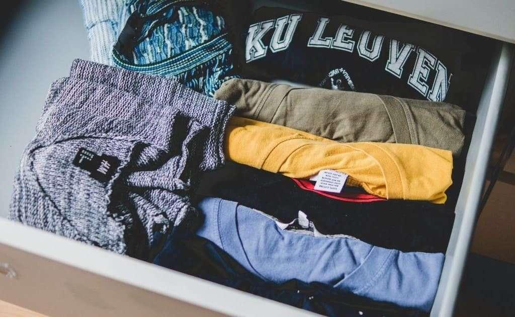 indumenti perfettamente piegati e riposti in ordine