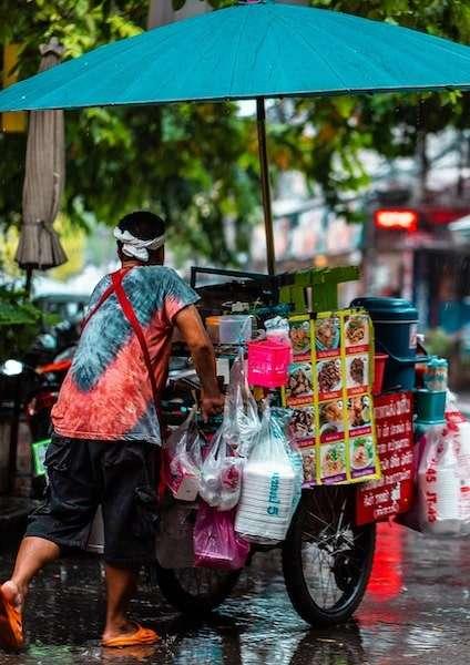 uomo che trasporta un carrello con Street Food
