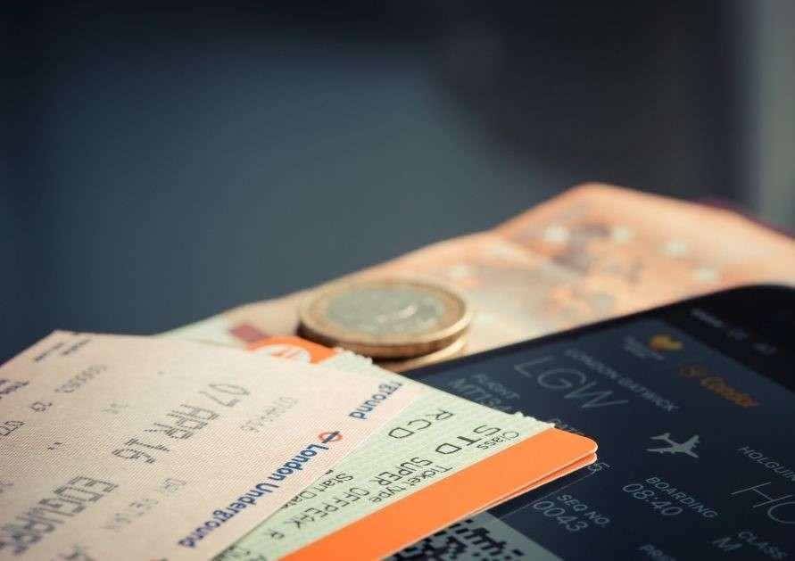 Dettagli di biglietti metro ed aerei con una moneta da 1 euro - regole del viaggiatore