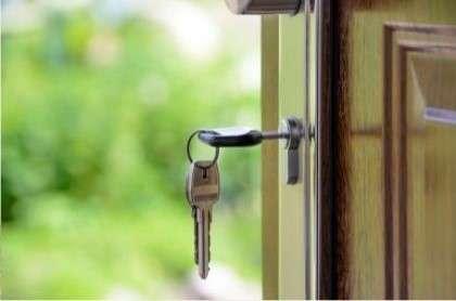 Chiave inserita in una porta aperta - Come lasciare i tuoi beni