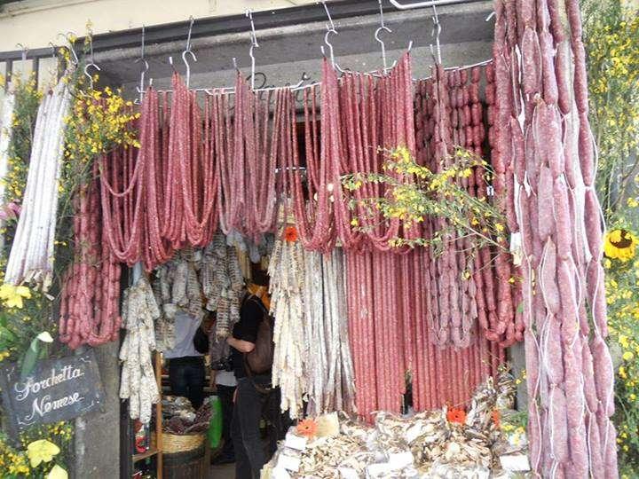 Bottega con appesi salumi tipici della tradizione del Lazio