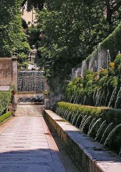 Scorcio sulla via delle cento fontane a Villa d'Este - sulla destra vasca con numerose fontane, viale con mosaico, in fondo fontana monumentale - Cosa vedere a Tivoli