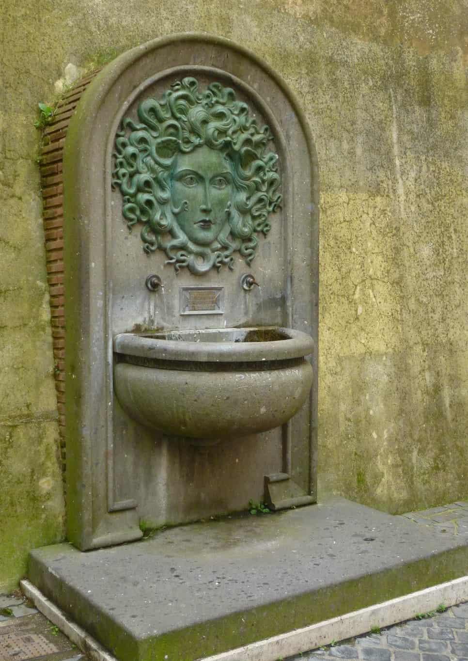 Fontana a vasca a muro che raffigura la testa di Medusa con due rubinetti