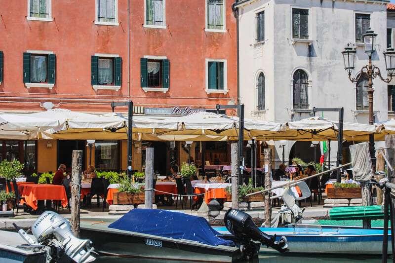 Cosa vedere a Chioggia: barche parcheggiate davanti ai ristoranti