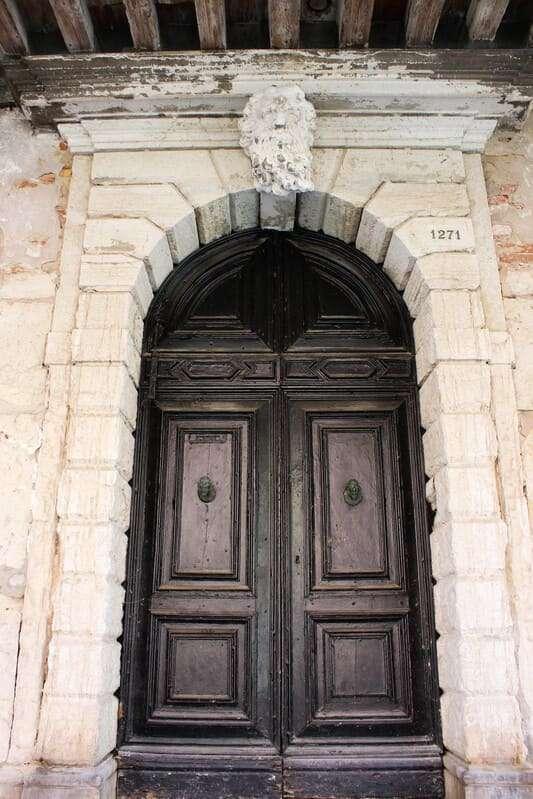 Cosa fare e cosa vedere a Chioggia: in foto il portale di Palazzo Mascheroni- Lisatti