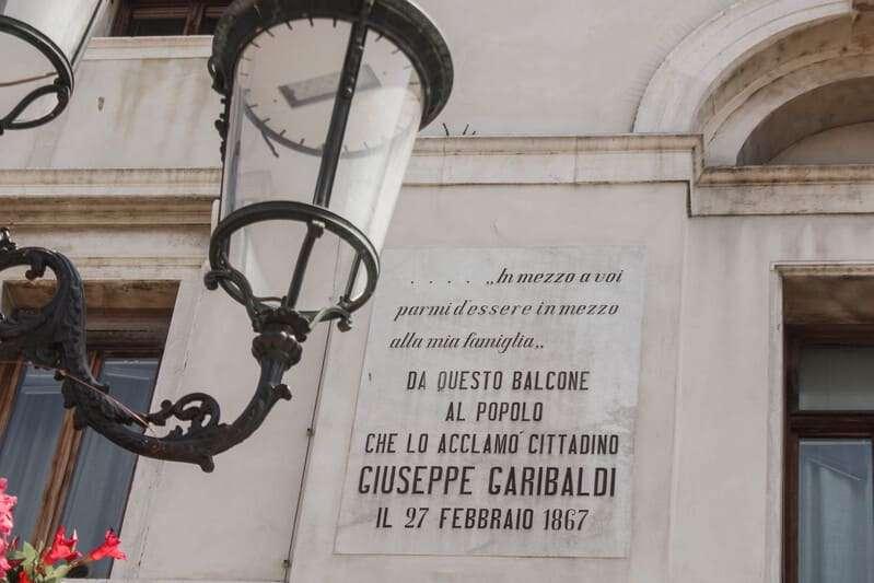 """Cosa fare e cosa vedere a Chioggia: in foto la targa che recita """"in mezzo a voi parmi d'essere in mezzo alla mia famiglia. Da questo balcone al popolo che lo acclamò cittadino: Giuseppe Garibaldi"""""""
