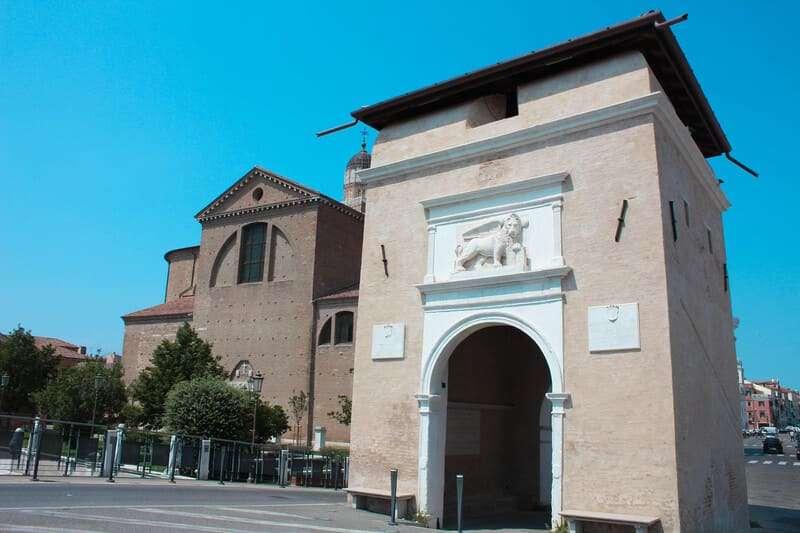 Cosa fare e cosa vedere a Chioggia: foto ornamentale della Porta Santa Maria o Porta Garibaldi