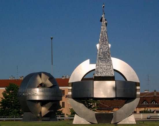 Cosa fare e cosa vedere a Pavia: nella rotonda principale si trova il monumento in onore ai re Longobardi. Stile moderno e astratto.