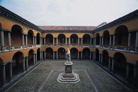 Panoramica del cortile interno dell'Università degli studi di Pavia. Molto rinomata, offre percorsi tematici per visite guidate molto allettanti