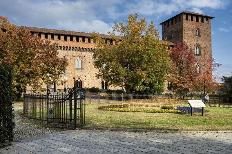 Tra le cose da fare e da vedere a Pavia rientrano sicuramente le zone verdi. Si può consumare il pranzo o rilassarsi per qualche minuto immergendosi nel verde di una città storica